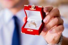 Романтичная концепция при человек делая предложение руки и сердца Стоковое фото RF