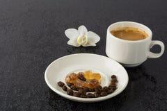 Романтичная кофейная чашка и белая орхидея Стоковое Изображение RF