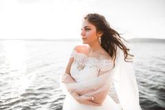 Романтичная красивая невеста в белом платье представляя на море предпосылки Стоковая Фотография