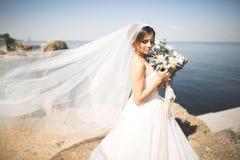 Романтичная красивая невеста в белом платье представляя на море предпосылки Стоковая Фотография RF