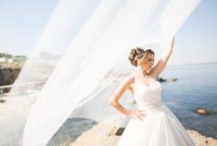Романтичная красивая невеста в белом платье представляя на море предпосылки Стоковые Изображения RF