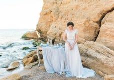 Романтичная красивая невеста в роскошном платье представляя на пляже Стоковое Изображение
