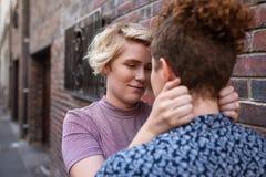 Романтичная молодая лесбосская пара смотря в ` s одина другого наблюдает снаружи Стоковая Фотография RF