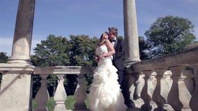 Романтичная молодая влюбленность на балконе старого голландского дома сток-видео