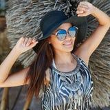Романтичная молодая женщина в красивой шляпе и солнечных очках Стоковое Изображение RF