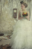 Романтичная молодая невеста в винтажном интерьере Стоковое фото RF