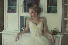 Романтичная молодая невеста в винтажном интерьере Стоковые Фотографии RF