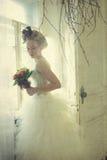 Романтичная молодая невеста в винтажном интерьере Стоковые Изображения