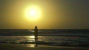 Романтичная молодая пара падает в влюбленность на пляже на заходе солнца Счастливый человек с женщиной держит руки и объезжает да видеоматериал