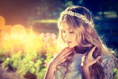 Романтичная невеста на теплой предпосылке природы Стоковые Изображения RF