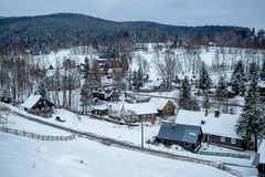 Романтичная панорама Snowy гигантских гор Timbered дома в зимнем времени стоковая фотография