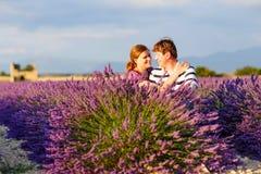 Романтичная пара в влюбленности в лаванде fields внутри Стоковое Изображение RF