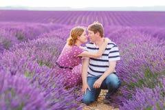 Романтичная пара в влюбленности в лаванде fields в Провансали, Франции Стоковое Изображение