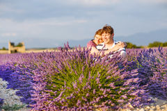 Романтичная пара в влюбленности в лаванде fields в Провансали, Франции Стоковое Изображение RF
