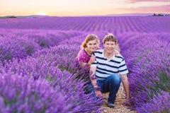 Романтичная пара в влюбленности в лаванде fields в Провансали, Франции Стоковые Изображения RF