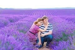 Романтичная пара в влюбленности в лаванде fields Провансаль, Франция Стоковая Фотография