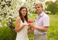 Романтичная пара в влюбленности outdoors Стоковые Фотографии RF