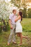 Романтичная пара в влюбленности outdoors Стоковые Изображения RF