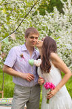 Романтичная пара в влюбленности outdoors Стоковая Фотография RF