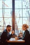 Романтичная пара в кафе выпивает кофе и говорить стоковые фото