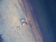 Романтичная пара лежит на пляже Стоковые Изображения
