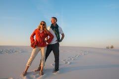 Романтичная пара представляет в пустыне Стоковое Фото