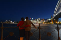 Романтичная пара смотрит горизонт Сиднея на сумраке Стоковые Фотографии RF