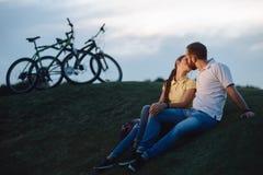 Романтичная пара целует outdoors Стоковое фото RF