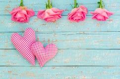 Романтичная предпосылка с 2 сердцами и розами для день ` s Wedding или валентинки Стоковое Фото
