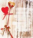 Романтичная предпосылка Валентайн Сердца на древесине Стоковые Изображения