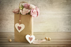 Романтичная предпосылка с ручной работы сердцами, год сбора винограда натюрморта к стоковое изображение