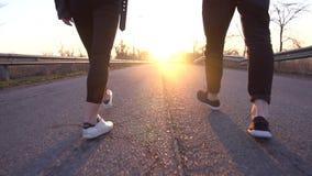 Романтичная прогулка на дороге на зоре, замедленное движение акции видеоматериалы