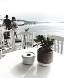 Романтичная прогулка на фронте пляжа в Греции стоковые изображения rf