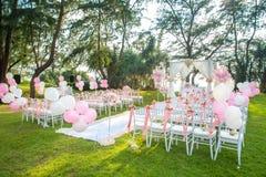 Романтичная свадебная церемония на пляже под соснами Стоковое Изображение RF