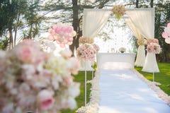 Романтичная свадебная церемония на пляже под соснами Стоковое Фото