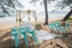 Романтичная свадебная церемония на пляже стоковые фотографии rf