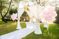 Романтичная свадебная церемония под соснами Стоковое Изображение RF