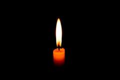 Романтичная свеча горения в черной предпосылке Стоковые Изображения RF