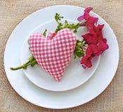 Романтичная сервировка с сердцем стоковые фото