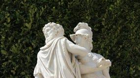 Романтичная скульптура влюбленности с зеленым цветом ограждает предпосылки стоковые изображения rf