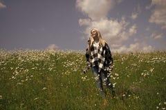 Романтичная сладостная девушка дня и роскоши праздника Чувственная женщина в blossoming поле цветка, весне Стоковые Фотографии RF