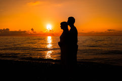 Романтичная сцена влюбленности соединяет партнеров на заходе солнца стоковые фото
