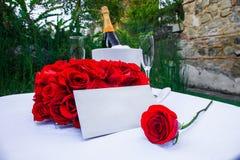 Романтичная таблица для объявления влюбленности Стоковое фото RF