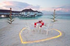 Романтичная таблица частного ужина на Мальдивах Стоковая Фотография RF