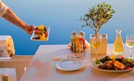Романтичная таблица для 2 на острове Santorini Стоковые Изображения RF