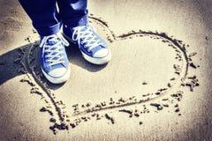 Романтичная установка с знаком сердца на пляже Стоковое Изображение RF