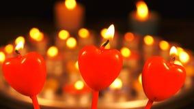Романтичная форма сердца света свечи сток-видео