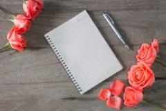 Романтичная флористическая предпосылка рамки Предпосылка дня Валентайн Стоковая Фотография RF