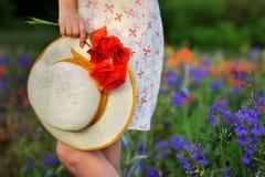 Романтичная шляпа с букетом маков Стоковая Фотография