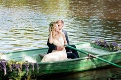 Романтичная любовная история в шлюпке Женщина с венком и платьем белизны Европейская традиция Стоковые Изображения